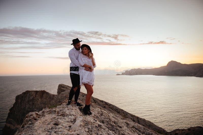 Historia de amor en puesta del sol foto de archivo libre de regalías