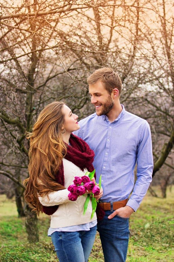 Historia de amor romántica de pares jovenes hermosos fotos de archivo libres de regalías