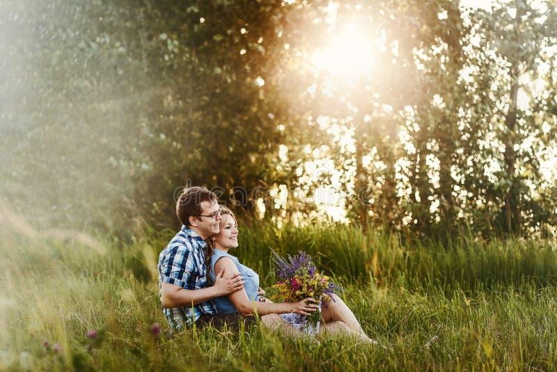 Historia de amor romántica en el bosque en la puesta del sol imagenes de archivo