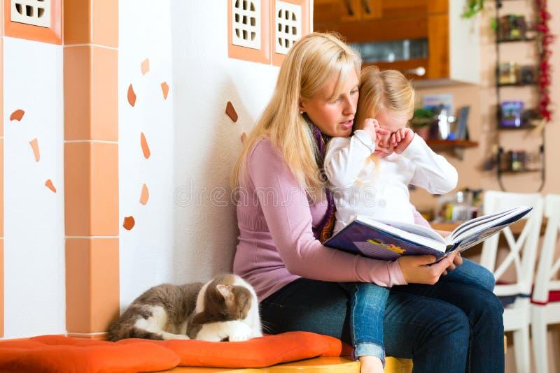 Historia de la noche de la lectura de la madre a embromar en casa imágenes de archivo libres de regalías