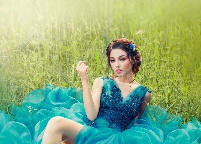 Historia misteriosa encantadora sobre la mu?eca de la porcelana, muchacha preciosa en vestido delicado enorme azul largo se?ora c foto de archivo