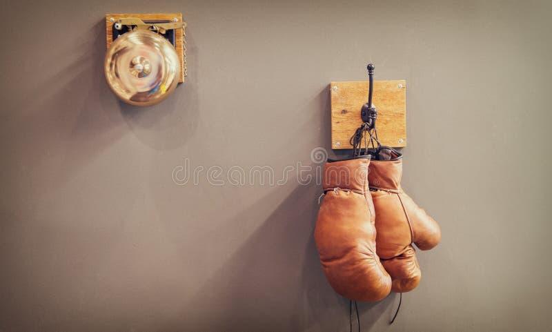 historia sport rocznika gong i przetarte r?kawiczki odporno?? definitywny gong w batalistycznych retro bokserskich r?kawiczkach r zdjęcie stock