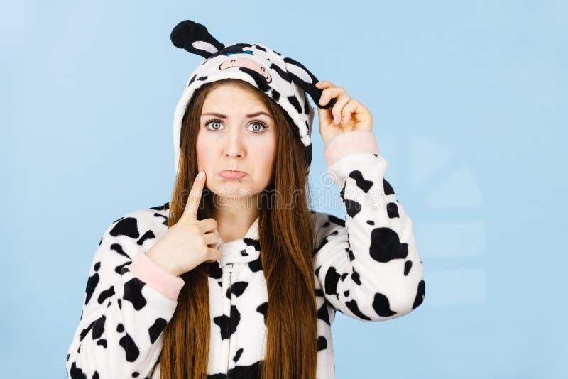 Historieta de los pijamas de la muchacha que lleva confusa adolescente foto de archivo