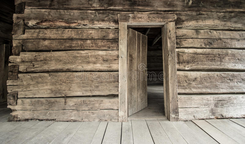 Historikloggkabin med öppna Front Door royaltyfri foto
