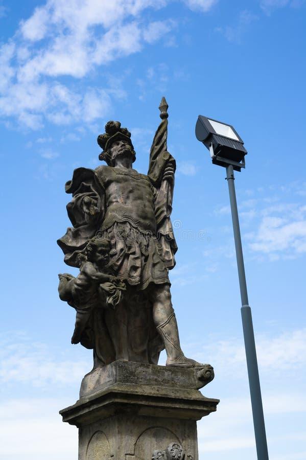 Historisch barok oriëntatiepunt en moderne bliksem stock afbeeldingen