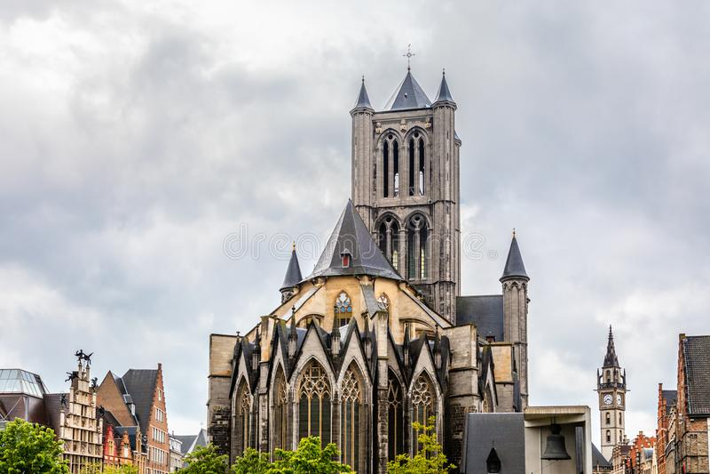 Historisch centrum van de stad Gent met de kathedraaltorens van Saint Nicholas, Vlaams Gewest, België stock afbeelding