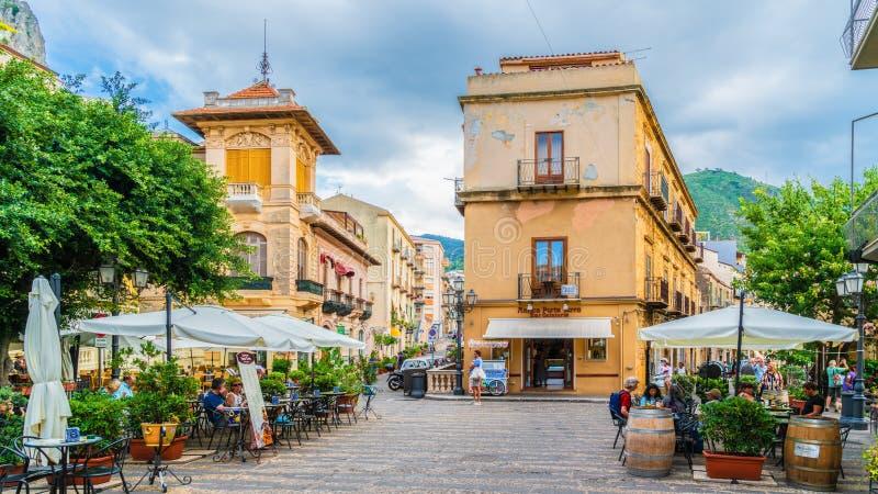 Historisch dorp van Cefalu met terras, bar en restaurant in Sicilië, Italië stock afbeelding