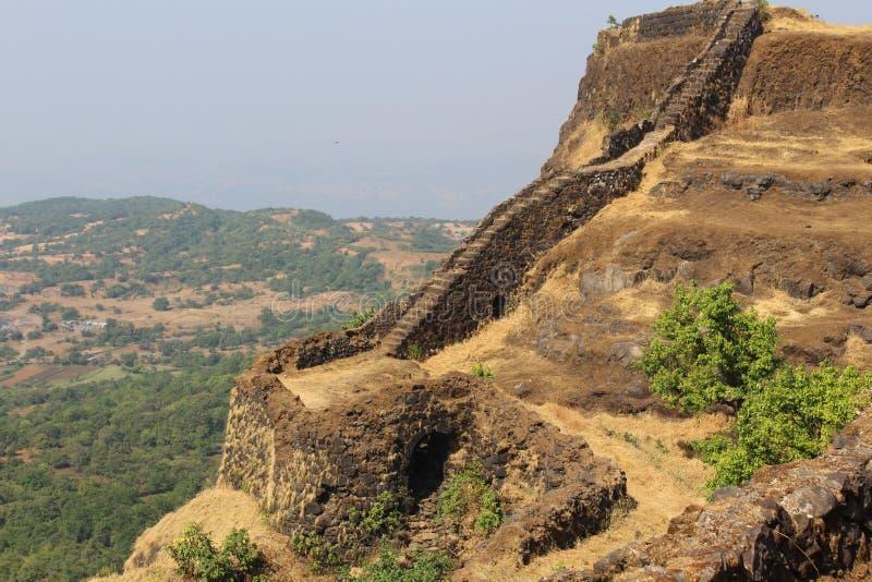 Historisch fort met het lopen van weg die naar meer dan 100 jaar geleden gebouwde bovenkant leiden stock fotografie