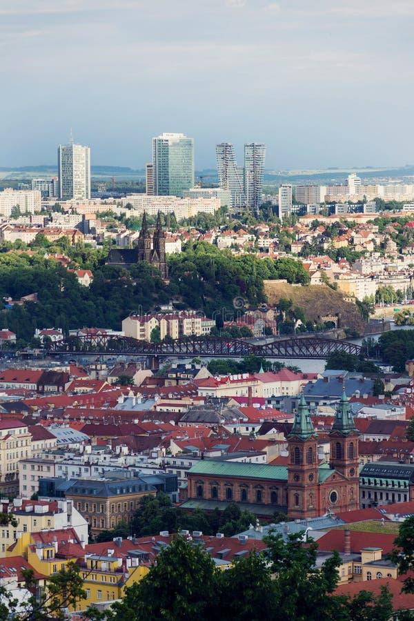 Historisch fort Vysehrad met Basiliek van St Peter en St Paul, Pankrac-district op achtergrond, de langste gebouwen van Praag royalty-vrije stock afbeelding