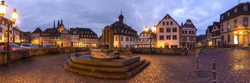 Historisch gelnhausen hoog de definitiepanorama van Duitsland bij nacht stock fotografie