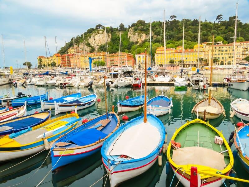 Historisch havengebied van Nice Vissersboten in de Haven van Nice, Frankrijk stock fotografie
