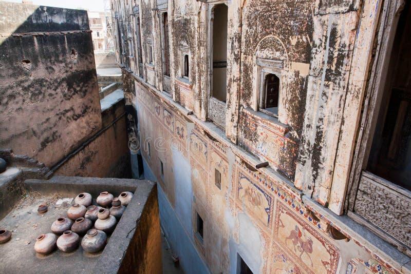 Historisch herenhuis met gebroken muurschilderingen op de muren royalty-vrije stock foto
