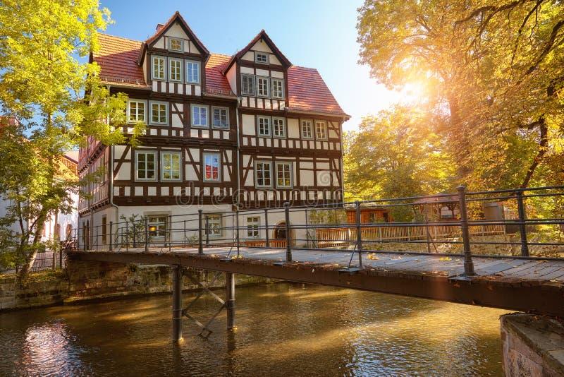 Historisch houthuis door rivier Gera in binnenerfurt in Duitsland royalty-vrije stock foto's
