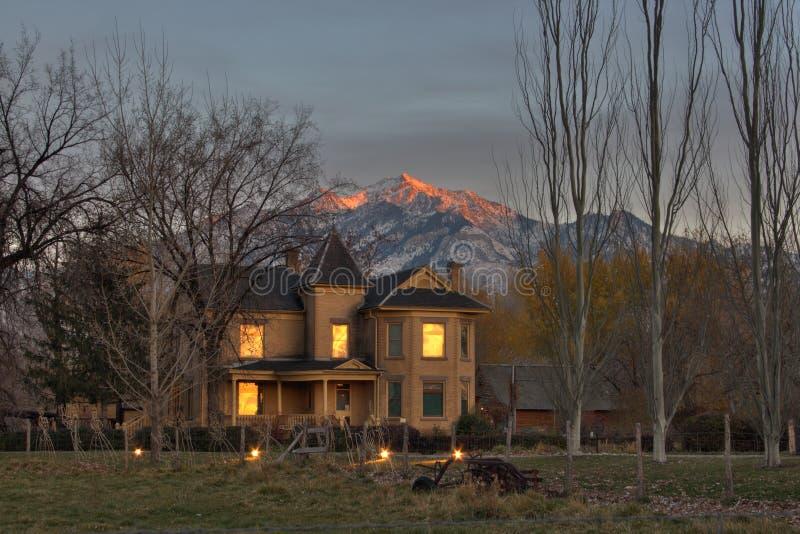 Historisch huis met bergen stock afbeelding