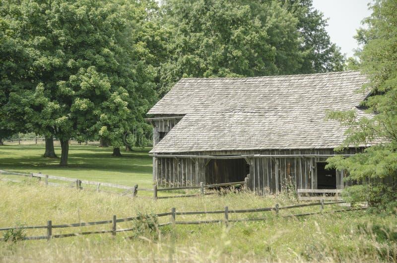 Historisch Oud Schuuroriëntatiepunt in de Stad van Missouri stock afbeeldingen