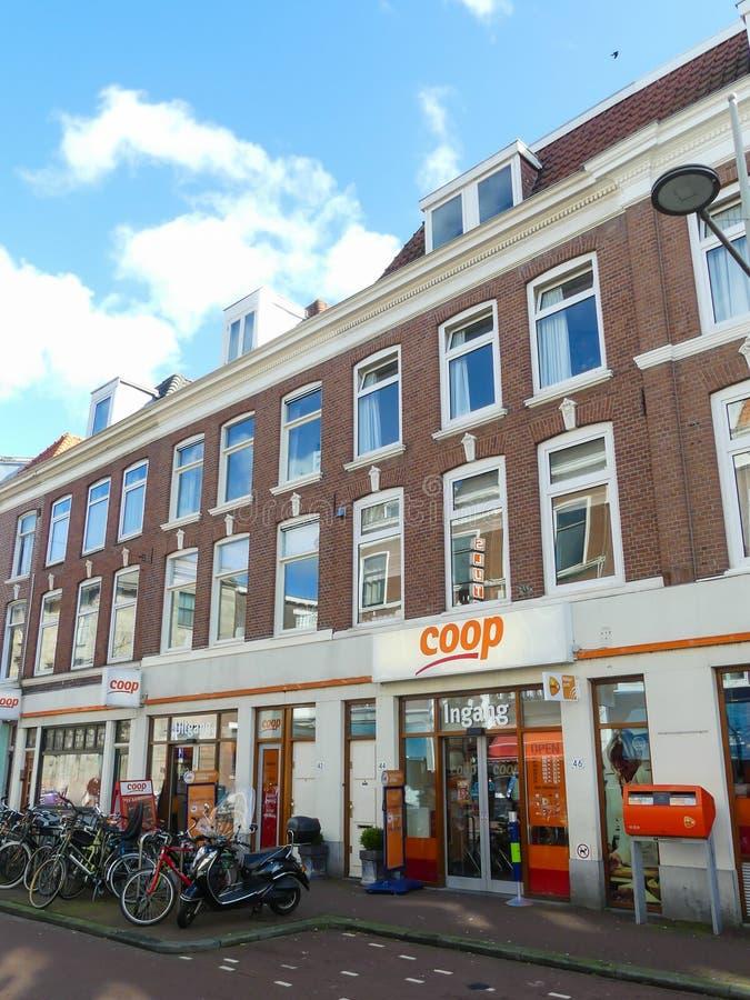 Historisch rood baksteenflatgebouw in Den Haag met kippenrensupermarkt royalty-vrije stock afbeeldingen