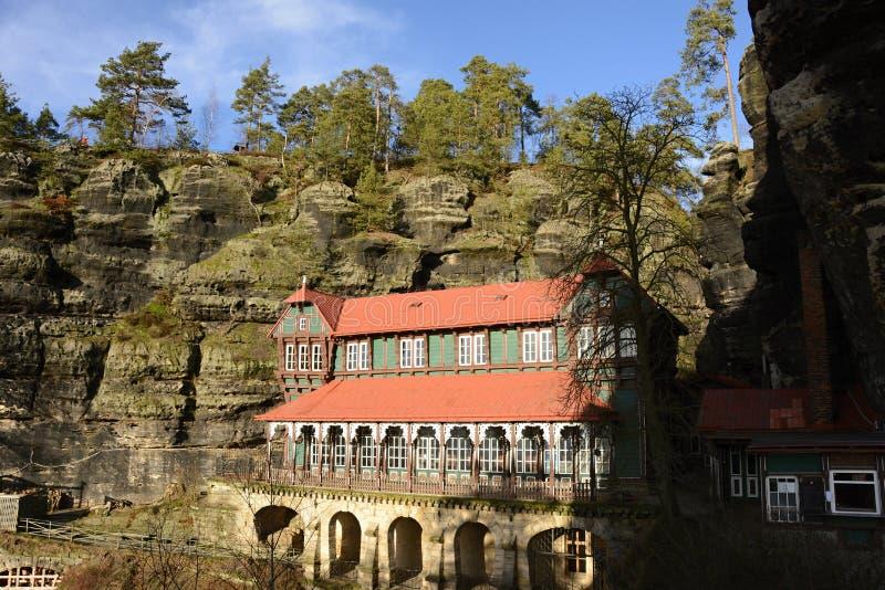 Historisch Sierpaleis (het Nest van de Valk) in de Geologische Vorming van de Zandsteenrots, Tsjechische Republiek, Europa stock foto's