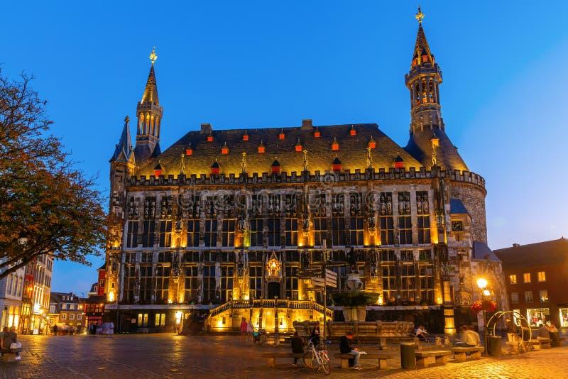 Historisch stadhuis bij nacht in Aken, Duitsland stock afbeeldingen