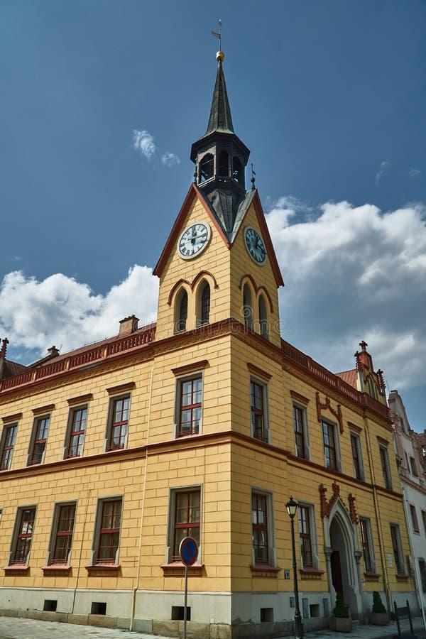 Historisch stadhuis met een klokketoren op het marktvierkant stock foto