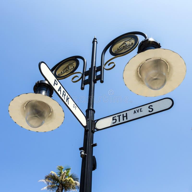 Historisch straatteken die 5de Ave en Parkstraat in Napels, Florida kruisen royalty-vrije stock afbeeldingen