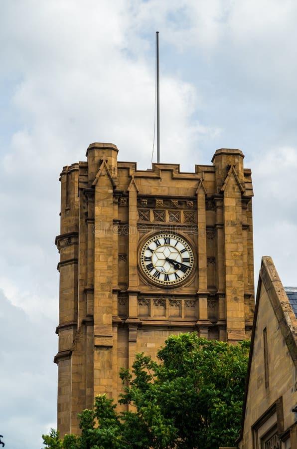 Historisch zandsteen clocktower bij de Universiteit van Melbourne stock afbeelding