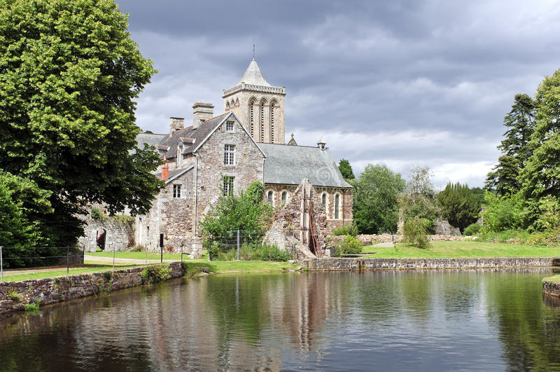 Historische Abtei im Lucerne Frankreich stockbild