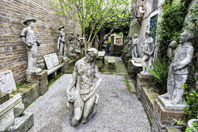 Historische alte Skulpturen in einer Kirche arbeiten in Torcello-Insel, Venedig im Garten lizenzfreie stockfotografie