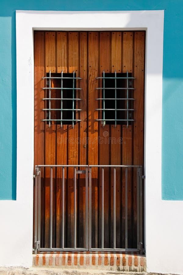 Historische alte Tür San- JuanBrown, Aqua-Blau-Wände lizenzfreie stockbilder
