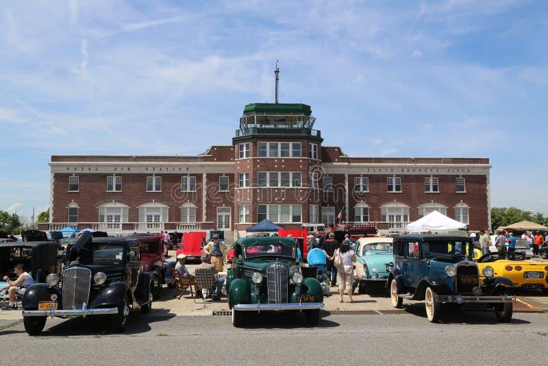 Historische amerikanische hergestellte Autos auf Anzeige an der antiken Automobil-Vereinigung des jährlichen Frühlings-Car Show B stockfotos