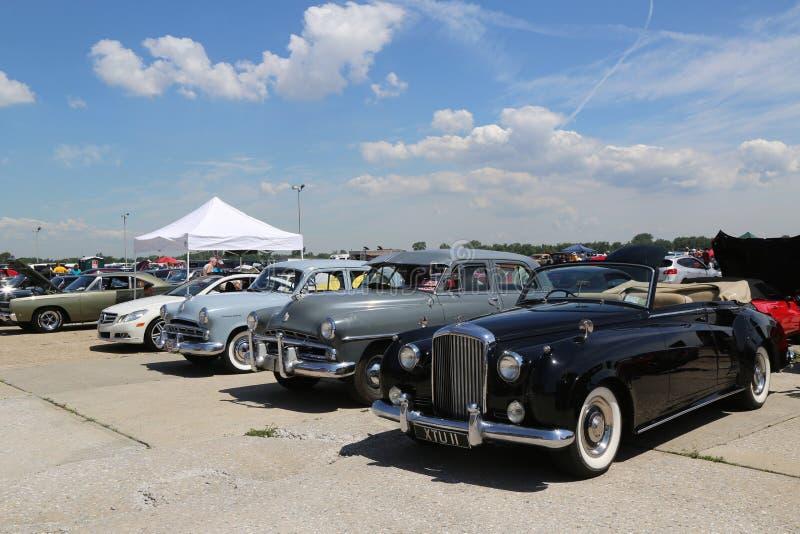 Historische amerikanische hergestellte Autos auf Anzeige an der antiken Automobil-Vereinigung des jährlichen Frühlings-Car Show B stockfotografie