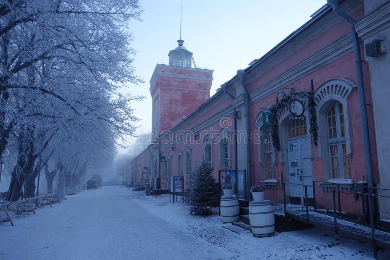 Historische Anlegestellenkasernen und Glockenturm auf kaltem Wintermorgen in der Suomenlinna-Festungsinsel lizenzfreie stockfotos