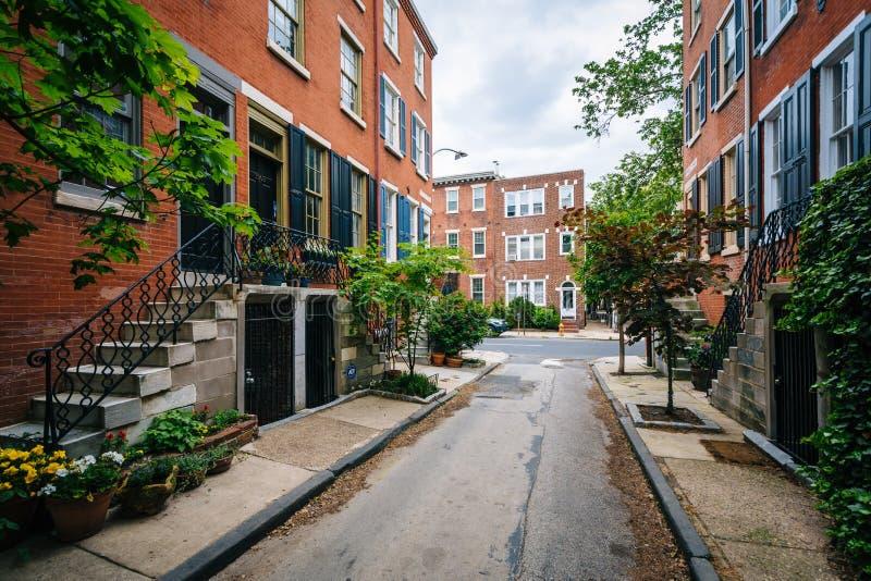 Historische baksteenrijtjeshuizen langs Waverly-Straat, in Philadelphia, Pennsylvania stock fotografie