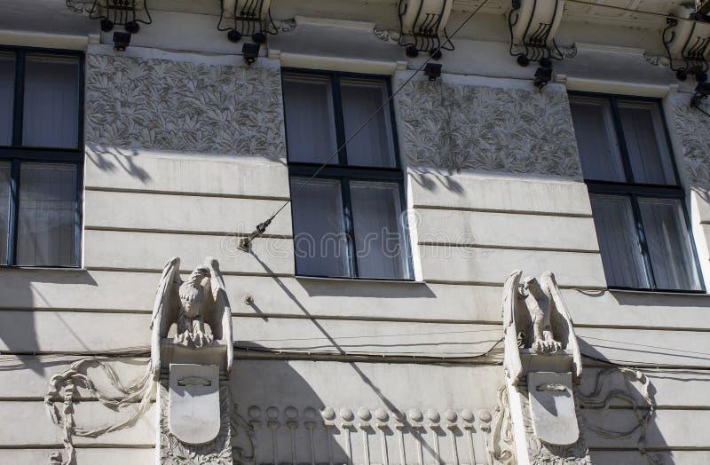 Historische beeldhouwwerken van vogels in het gebouw Chernovtsy ukraine stock foto
