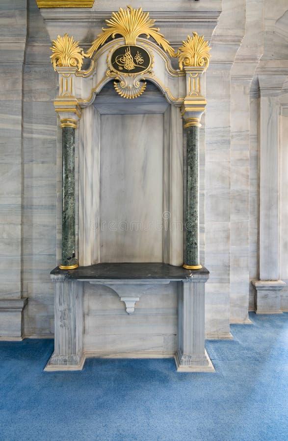 Historische Bogenrahmennische eingebettet in einer Marmorwand stockbild