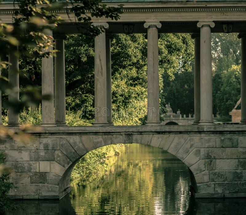 Historische brug met pijlers en boog stock fotografie