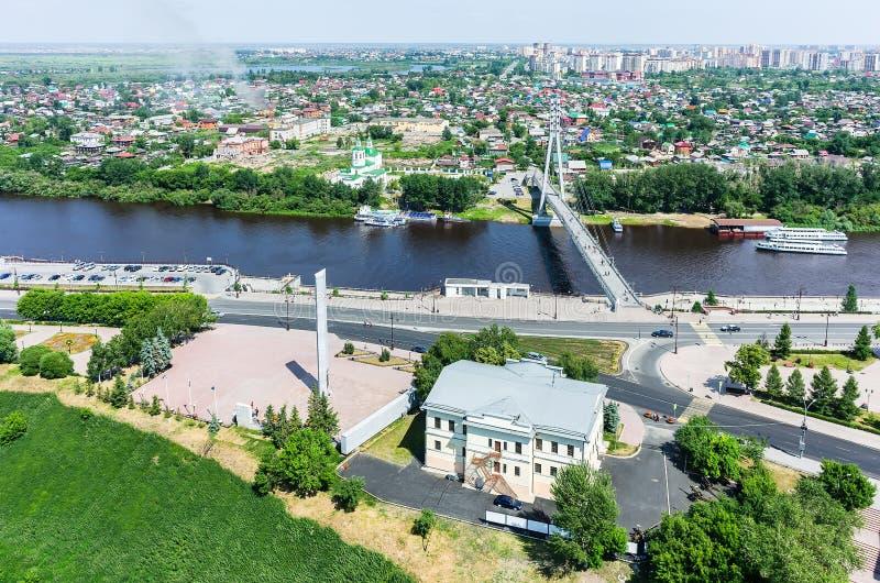 Historische centrum en Minnaarsbrug Tyumen Rusland royalty-vrije stock afbeelding