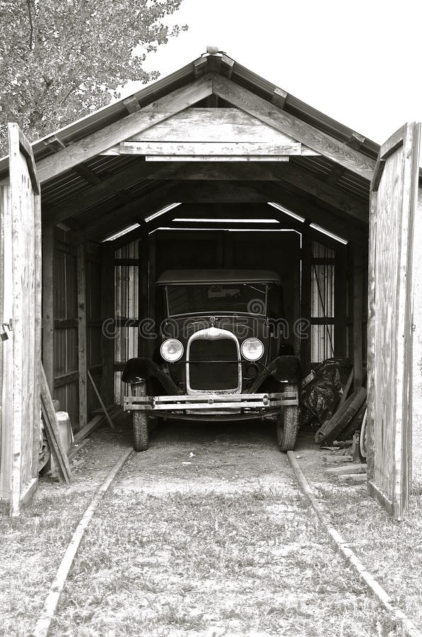 Historische die auto in een oude houten garage wordt for Garage gdn auto
