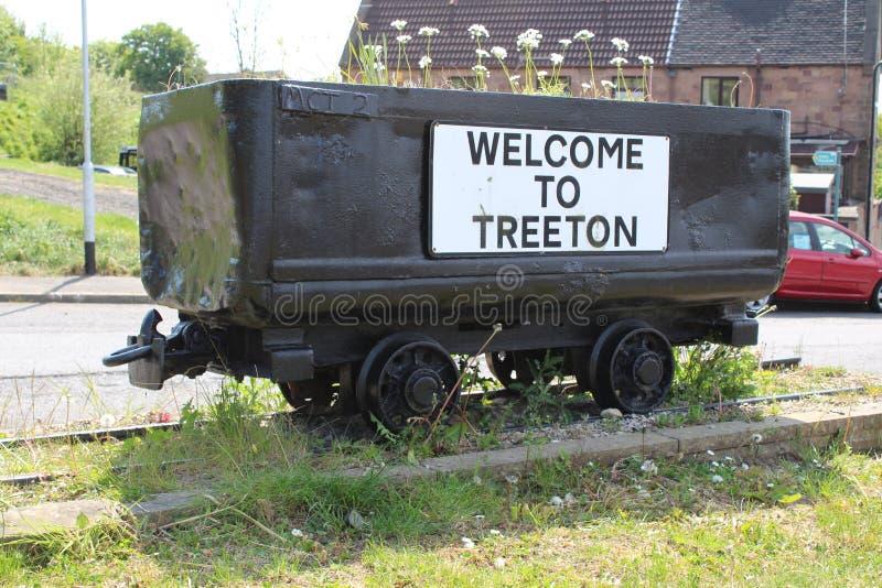 Historische die Steenkoolvrachtwagen als planter en stadsgrensteller wordt gebruikt stock afbeelding