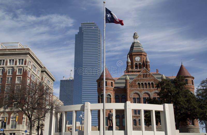 Historische en moderne gebouwen in stad Dallas stock afbeeldingen