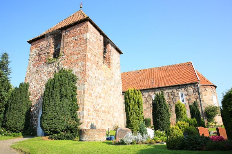 Historische en mooie Lutheran Heilige Florian Church in Sillenstede, Friesland, Nedersaksen, Duitsland stock afbeeldingen