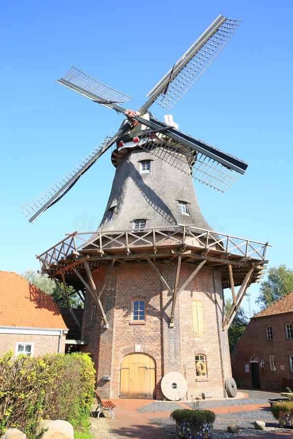 Historische en mooie windmolen in Jever, Friesland, Nedersaksen, Duitsland stock foto