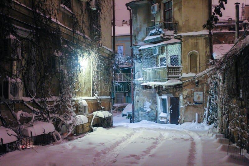 Historische Europese Binnenplaats op een de winternacht stock afbeelding