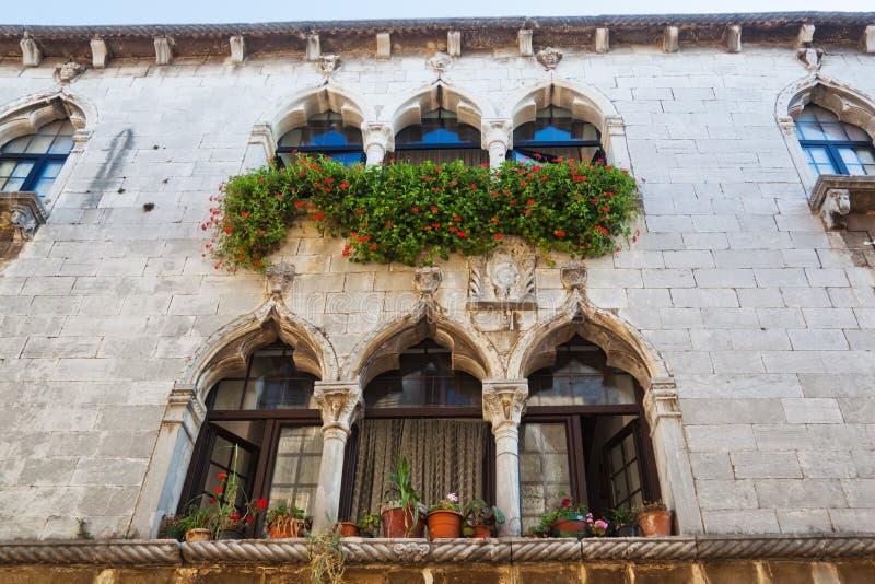 Historische Fassade in Porec, Kroatien lizenzfreie stockfotos