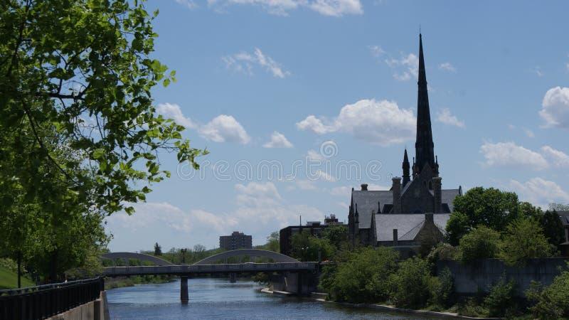 Historische Flussuferkirche des 19. Jahrhunderts stockfoto