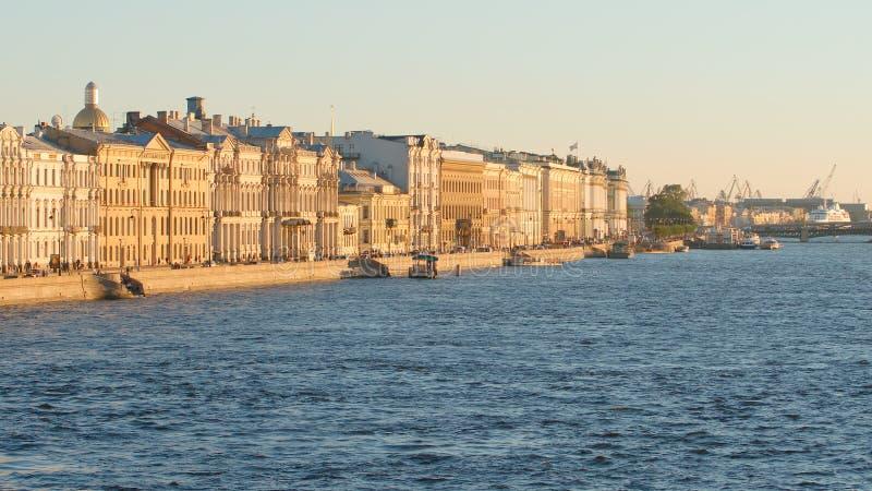 Historische Gebäude auf dem Palast-Damm und dem Neva-Fluss- St Petersburg, Russland lizenzfreies stockbild
