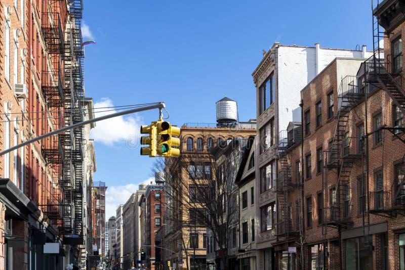 Historische Gebäude entlang Frühlings-Straße an einem sonnigen Tag in Manhattan, New York City NYC lizenzfreies stockbild