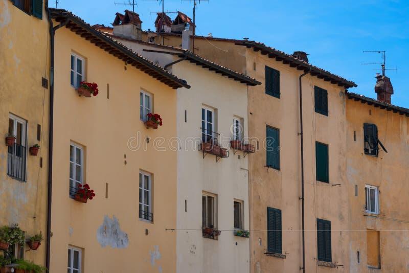 Historische gebouwen bij Piazza del Anfiteatro in Luca, Toscanië, Italië royalty-vrije stock foto