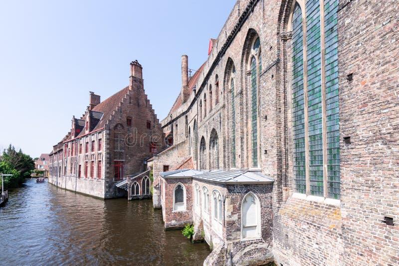 Historische gebouwen op de banken van de kanalen in Brugge, België, Europa stock foto's