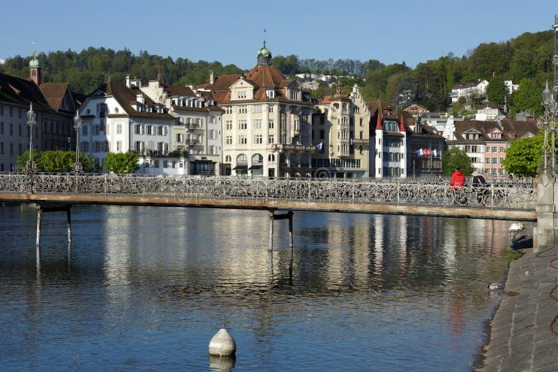 Historische gebouwen op de linkerkant van rivier Reuss stock foto