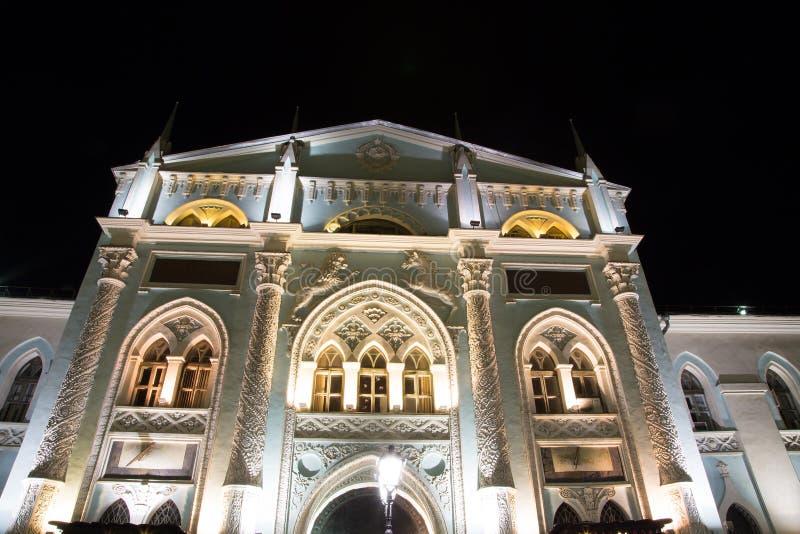 Historische Gebouwen Op Nikolskaya-Straat Dichtbij Moskou Het Kremlin Bij Nacht, Royalty-vrije Stock Foto's
